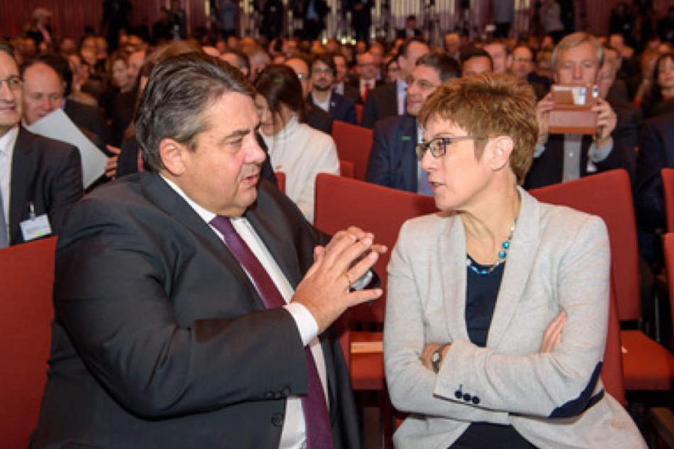 Siegmar Gabriel (SPD) und Annegret Kramp-Karrenbauer (CDU) im Gespräch