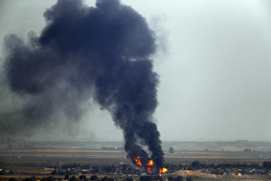 Rauch steigt über der syrischen Stadt Ras al-Ain auf, die zuvor durch die türkischen Streitkräfte bombardiert wurde.