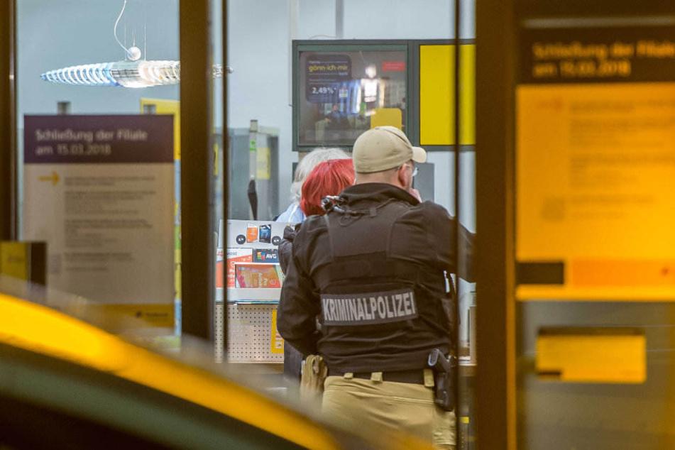 Kriminalpolizisten suchen den Tatort auf mögliche Spuren ab.