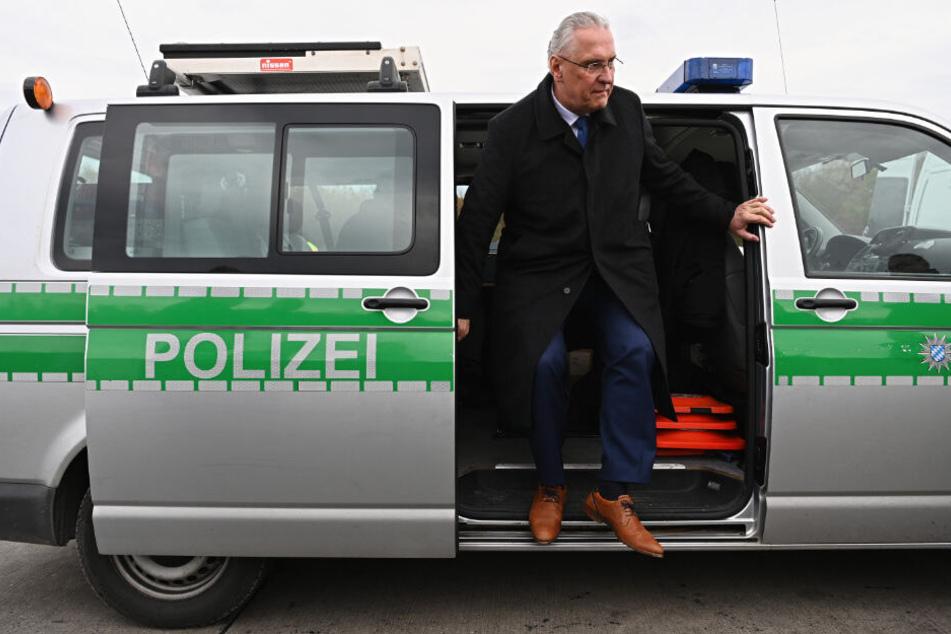 Bayerns Innenminister informiert an einer Kontrollstelle über eine verstärkte Bekämpfung der Einbruchskriminalität.