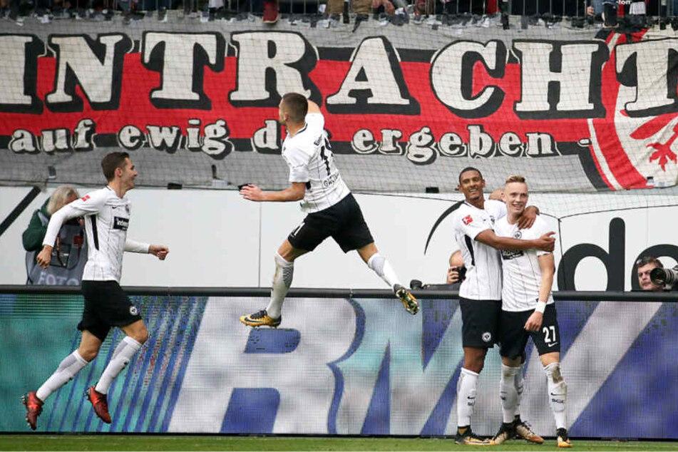 Freude bei Eintracht Frankfurt nach dem Tor zum 2:2.