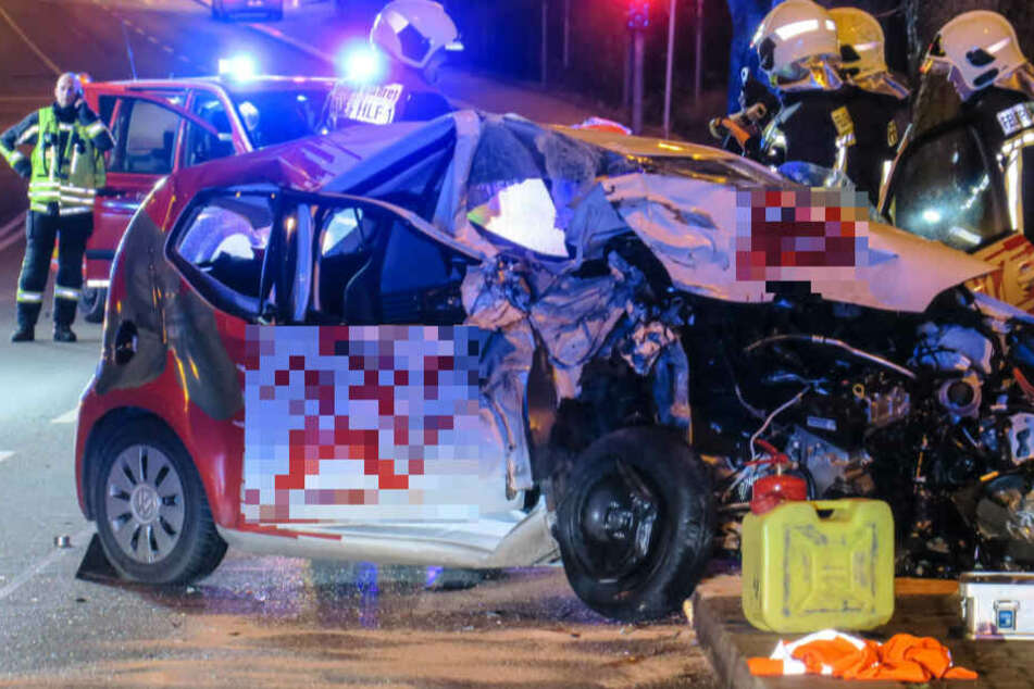 Der Wagen eines Pizzalieferanten wurde im Frontbereich komplett zerstört.