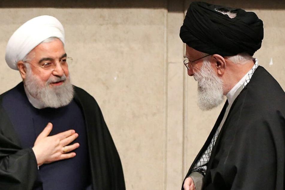 Hassan Rouhani, Präsident des Iran (l.) und Ajatollah Ali Chamenei (r.), Religionsführer des Iran.