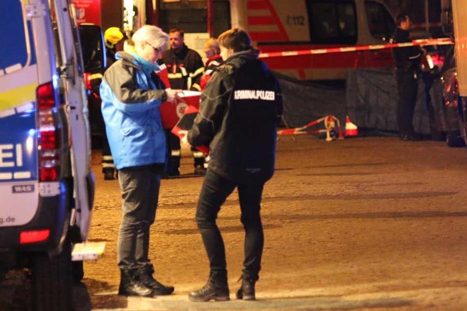 Einsatzkräfte am Tatort in Berlin-Rangsdorf.