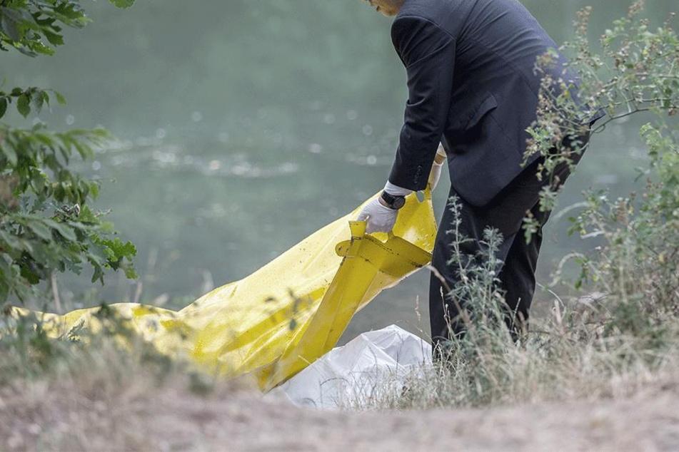 Mann findet beim Spaziergang Leiche in Fluss: Identität offen
