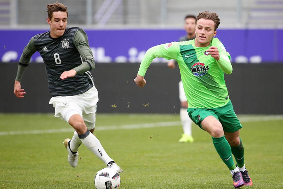 """Beim Testspiel gegen die """"U 20"""" spielte er großauf. Hier mitFlorian Neuhaus von 1860 München."""