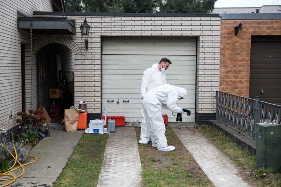 Kriminaltechniker der Berliner Polizei untersuchen das Haus und den Garten der Schwester der verschwundenen 15-jährigen Rebecca.