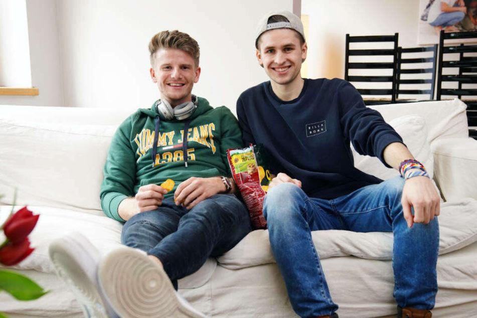 Lukas (li.) und Taylor machen sich schon mal im Gemeinschafts-Wohnzimmer locker.