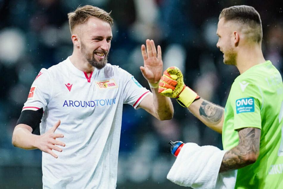 Florian Hübner (l) und Rafal Gikiewicz freuen sich über den Sieg.