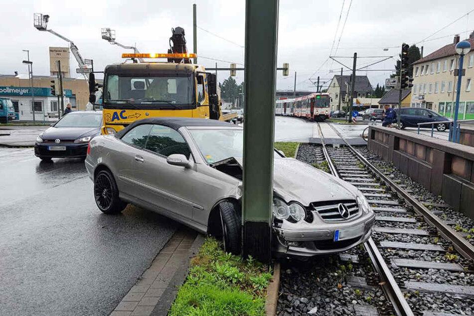 Der Mercedes krachte gegen einen Leitungsmast der Stadtbahn.