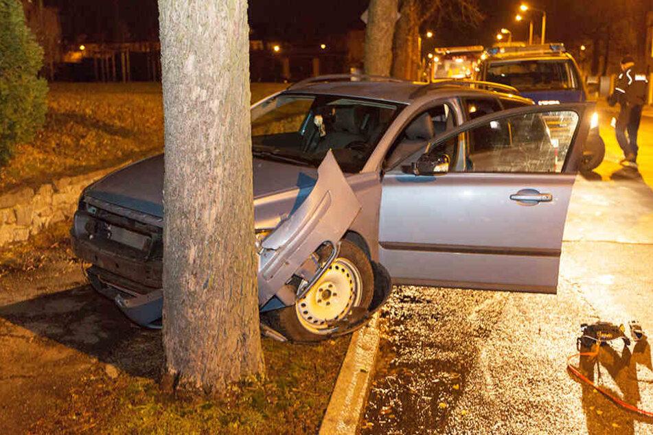 Der Fahrer krachte gegen einen Baum, flüchtete anschließend.