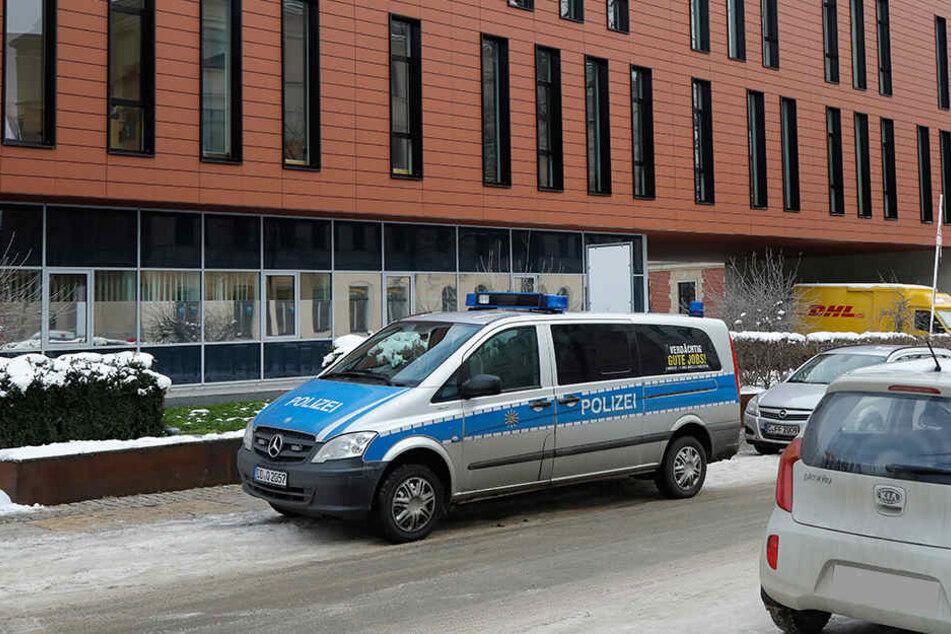Ein Brief mit weißem Pulver hat für einen Polizeieinsatz am Chemnitzer Justizzentrum gesorgt.