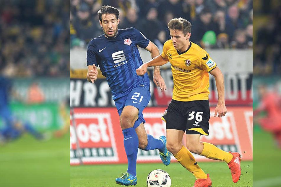 Niklas Hauptmann (r.) behauptet  sich gegen Patrick Schönfeld.