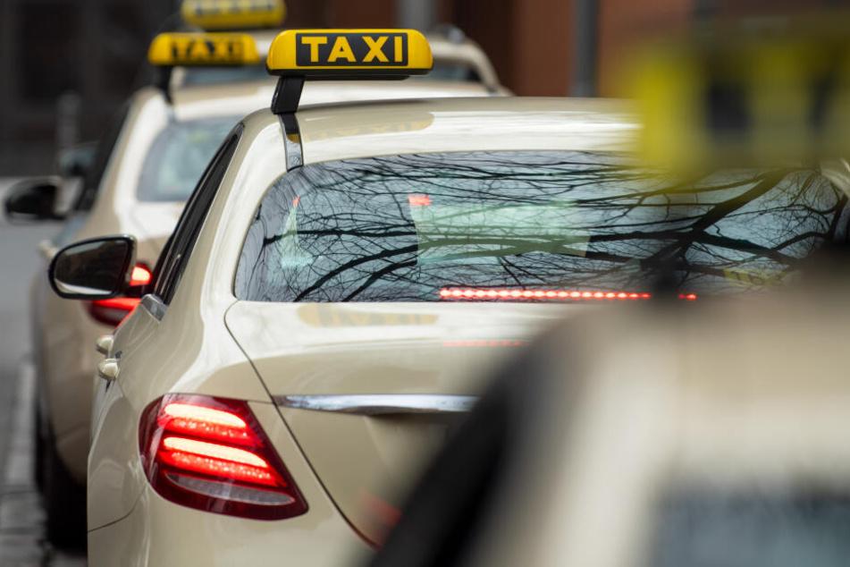 Mit de Taxi ließ sich die Frau mehr als 300 Kilometer durch die Gegend fahren. (Symbolbild)