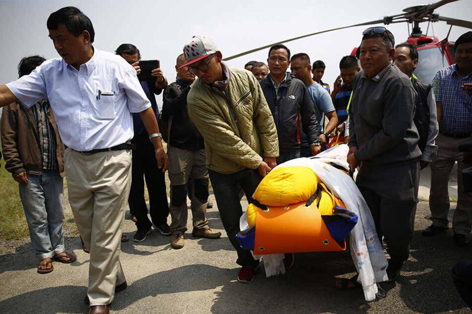 Die Leiche des Bergsteigers wird in ein Krankenhaus in Kathmandu, Nepal, gebracht.