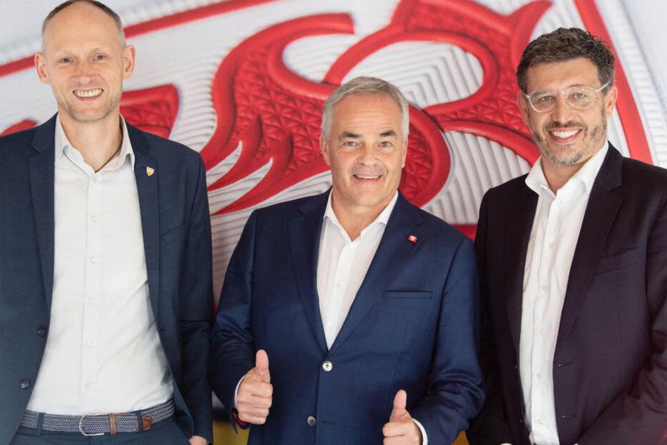 Christian Riethmüller (l-r), Wolf-Dietrich Erhard, Vereinsbeirats-Vorsitzender des VfB Stuttgart, und Claus Vogt stehen vor einer Pressekonferenz zusammen.