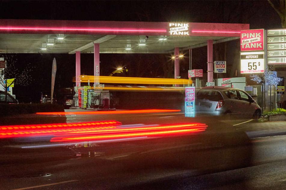 Der Betrunkene fuhr plötzlich mit dem Auto durch die Schiebetür der Tankstelle. (Symbolbild)