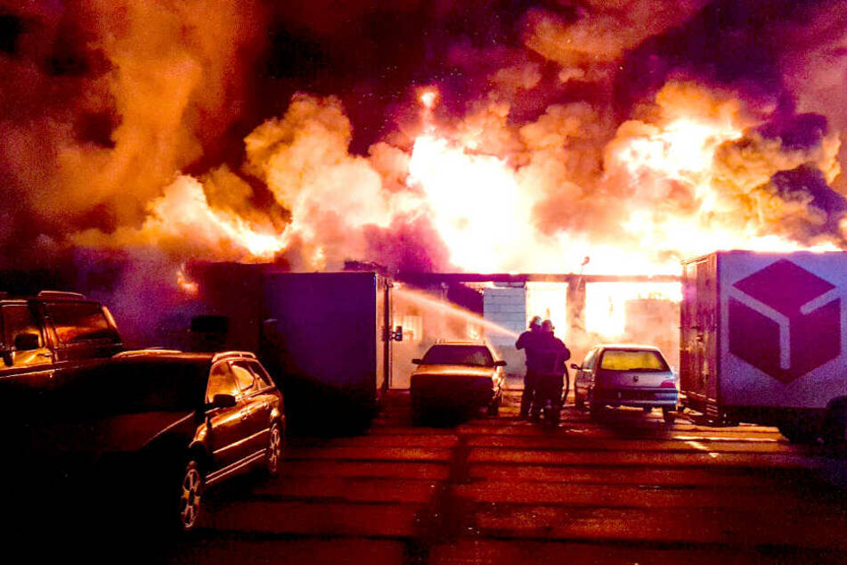 Nächtliches Feuer-Inferno! Werkhalle steht in Flammen