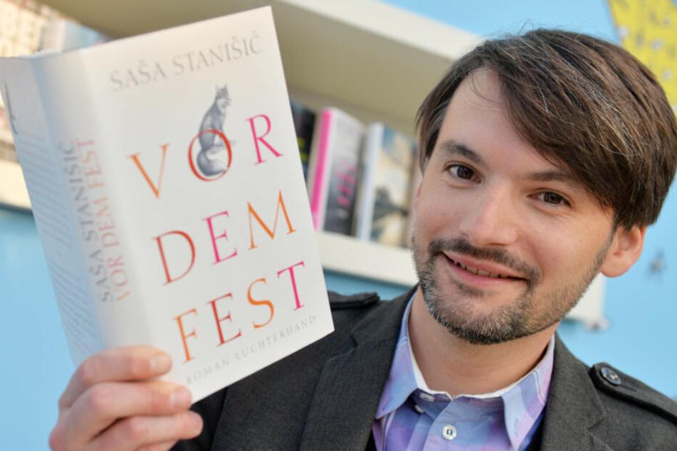 """Saša Stanišić mit seinem Bestseller """"Vor dem Fest"""", über das er jetzt eine Abi-Prüfung schrieb."""