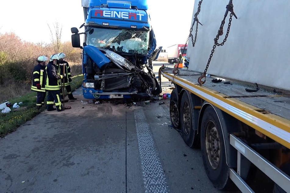 Der Lkw-Fahrer wurde bei dem Unfall in seinem Fahrerhaus eingeklemmt.