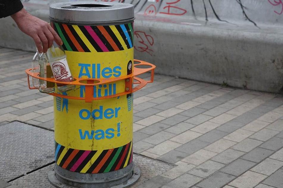 Dresden hat bereits Pfandringe an Müllkörben wie hier an der Alaunstraße in der Neustadt. Chemnitz startet einen Zwei-Jahres-Versuch.