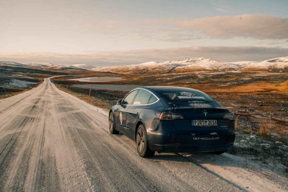Die Tour bewältigten sie in nur zwei Tagen in einem E-Auto, dem Tesla Model 3.