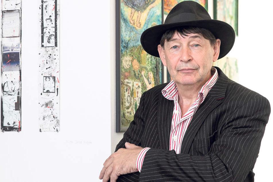Galerist Holger John (58) neben der zweiteiligen Collage von Cosma Shiva Hagen.