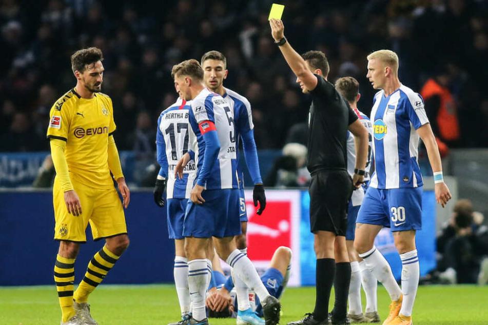 Schiedsrichter Sven Jablonski (r) schickt Mats Hummels (l) nach Foul an Davie Selke (m) vom Platz.