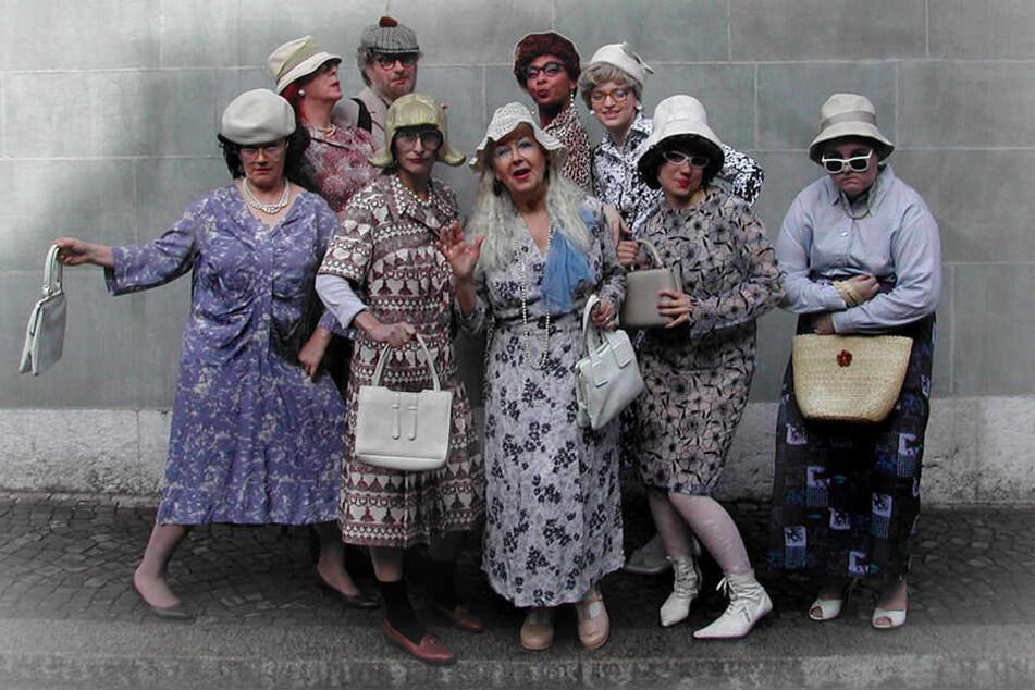 """Nicht ohne meine Perlen, Handtasche und Hut! In diesem Kaffeeklatschtanten-Outfit werden die Damen von """"Gnadenlos schick"""" bei der Schlössernacht unterwegs sein."""