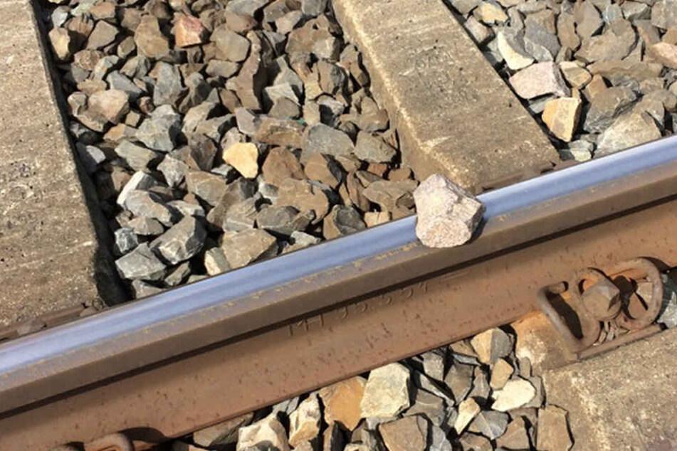 Diesen Stein fanden die Beamten noch auf den Gleisen.