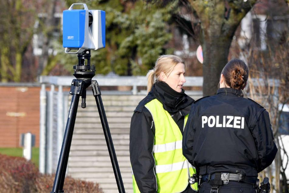 Polizistinnen sichern am Tatort in Schönberg Spuren. Eine Frau wurde beim Silvesterfeuerwerk erschossen.