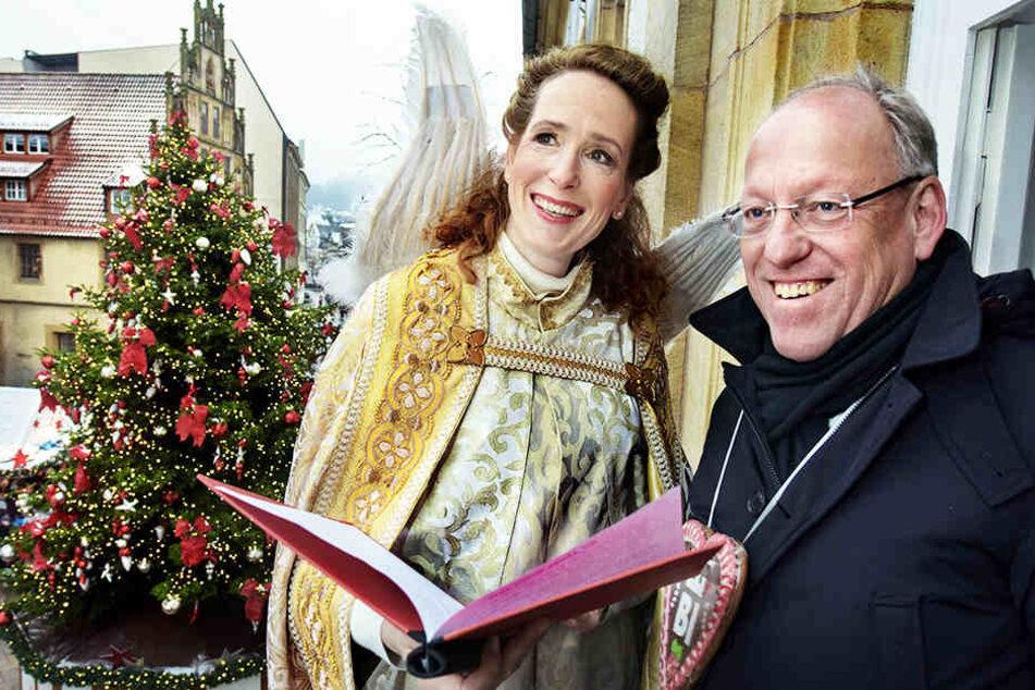 Andrea Wittler und Oberbürgermeister Pit Clausen sorgen für Weihnachtsstimmung.