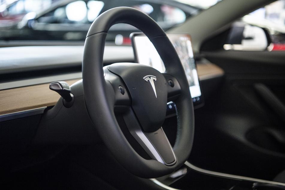 Tesla kracht gegen Baum, zwei Menschen sind tot: Auto fuhr wohl ohne Fahrer!