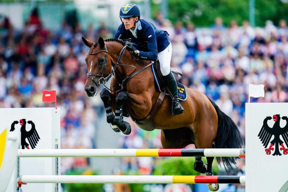 Der schwedische Springreiter Henrik vonEckermann auf dem Pferd Mary Lou springt beim Nationenpreis über ein Hindernis.