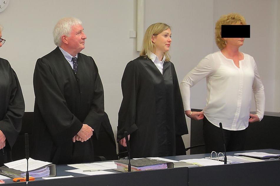 Auf der Anklagebank im Landgericht Dresden: Ex-Geheimdienstlerin Simone H.  (58).