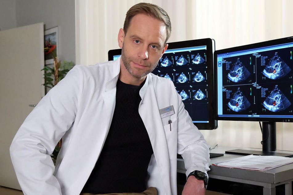 Julian Weigend (46) im Arztkittel an der Sachsenklinik.