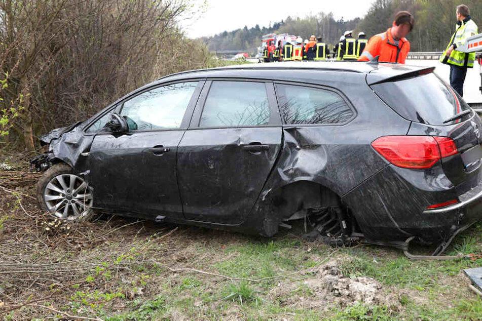 Der Opel war plötzlich von der Autobahn abgekommen.