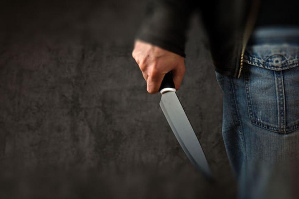 Der Betrunkene hielt dem 25-Jährigen plötzlich ein Messer an den Hals. (Symbolbild)