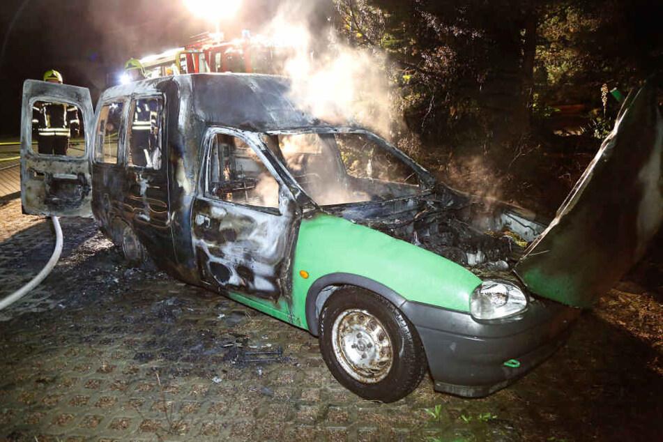 Auch dieser abgefackelte Dacia geht auf das Konto des Autozündlers.