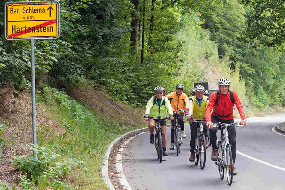 Radfahren im Erzgebirge boomt. Diese Pedalisten an der Hauptstraße sind von Aue nach Hartenstein entlang der Zwickauer Mulde unterwegs. Jeden Donnerstag machen die Radfahrer aus Zwickau ein große Tour.