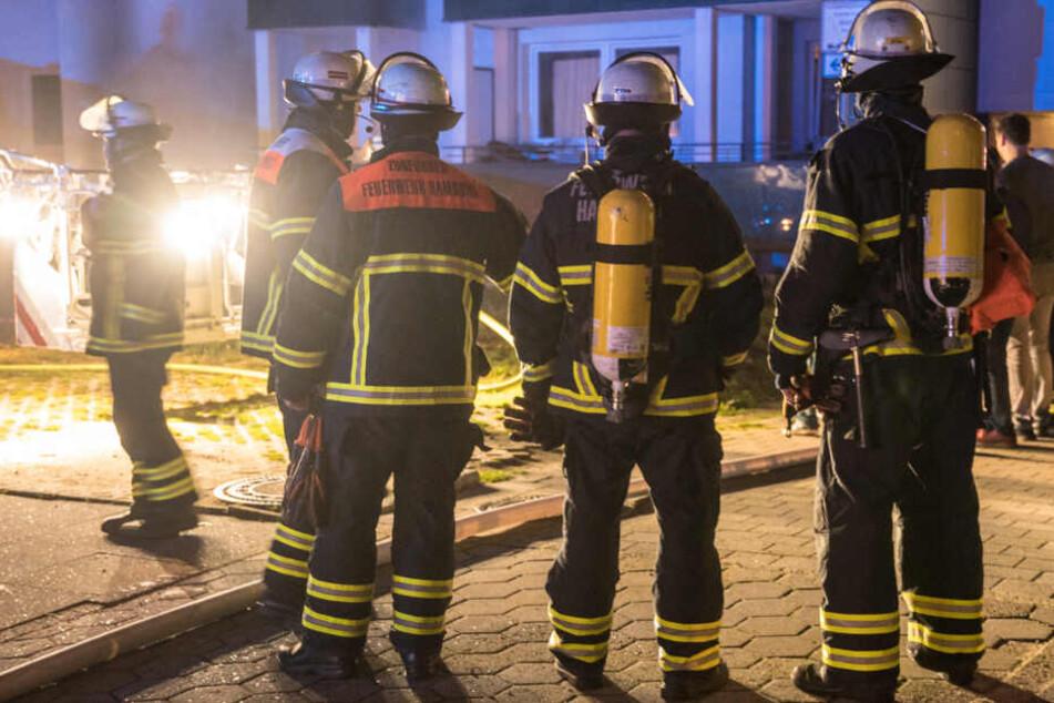Feuerwehrleute stehen am Einsatzort in Billstedt.