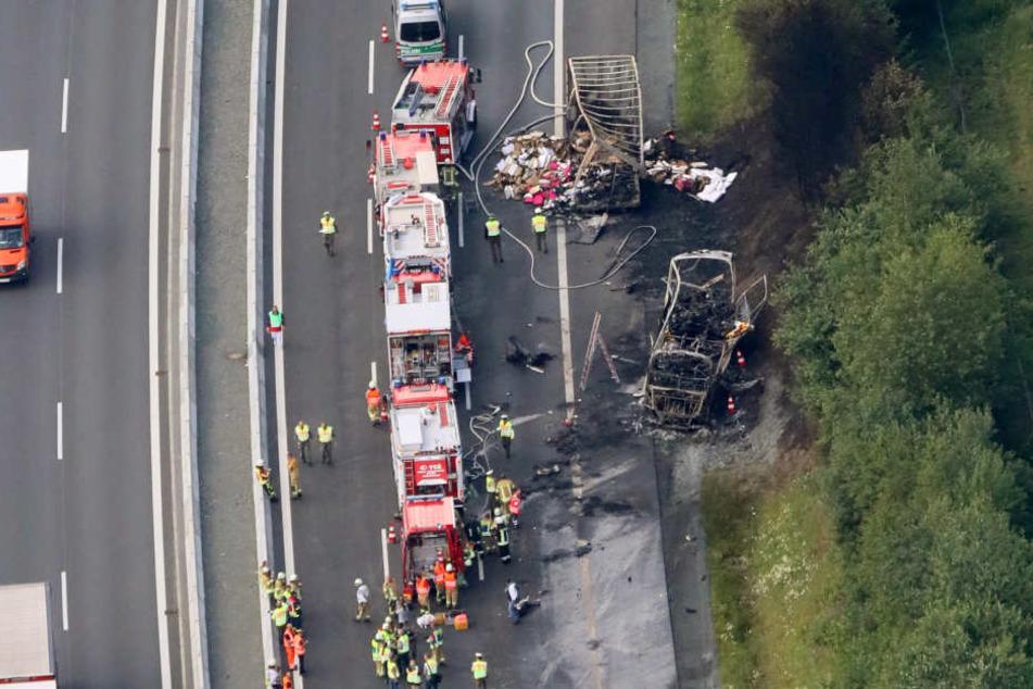 Das Luftbild zeigt die Unfallstelle auf der Autobahn A9 bei Münchberg.