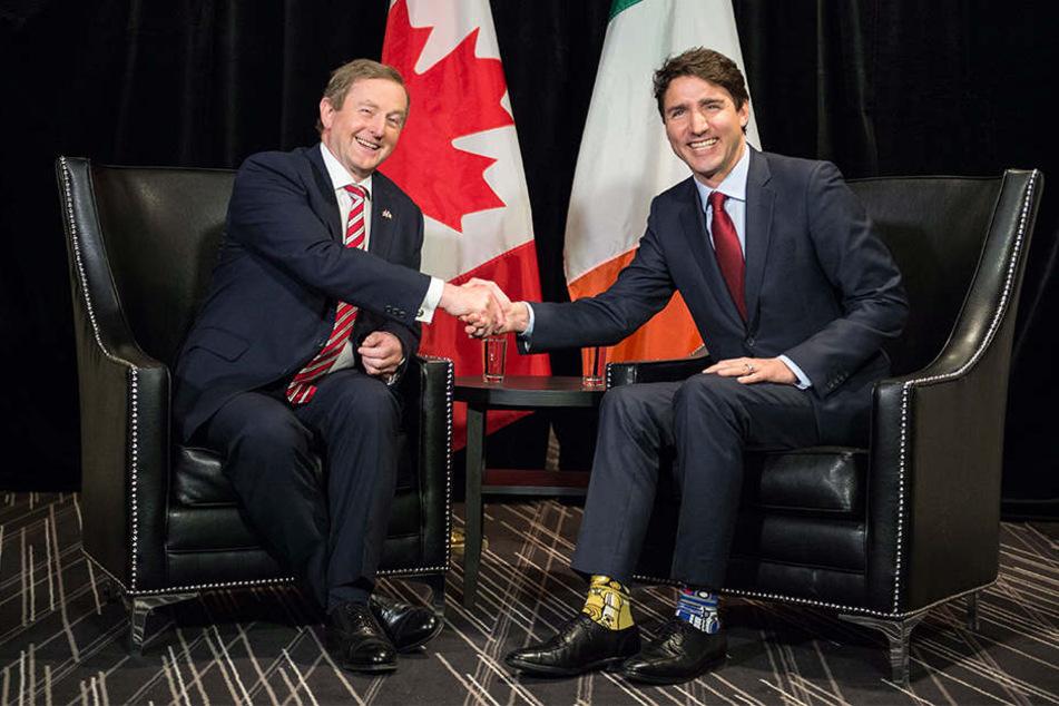 Kanadas Premierminister Justin Trudeau trägt Star-Wars-Socken bei einem Treffen mit seinem Irischen Amtskollegen Enda Kenny.