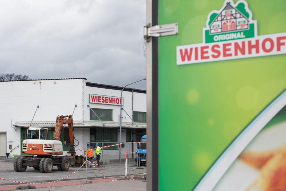 Ein Bagger steht an einer Produktionshalle des Geflügelproduzenten Wiesenhof. (Archivbild)