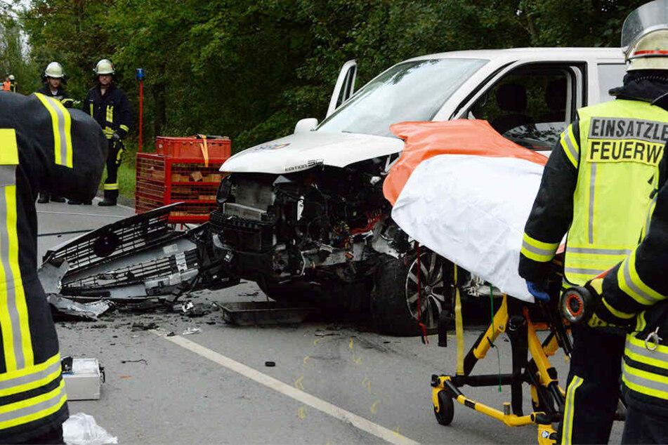 Zwei Schwerverletzte: Bulli kracht frontal in BMW