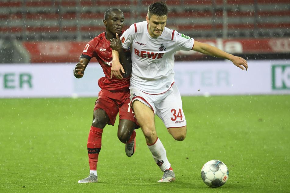 Kölns Noah Katterbach (r.) im Duell mit Leverkusens Moussa Diaby.