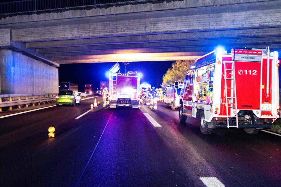 Die Feuerwehr musste zur Befreiung der verletzten Person die rechte Spur sperren.
