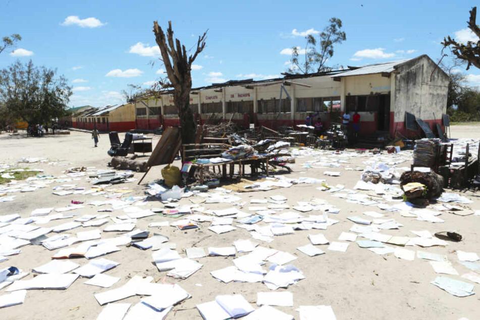 In Beira in Mosambik wurde unter anderem diese Schule überflutet. Die Schulhefte wurden zum Trocknen in die Sonne gelegt.
