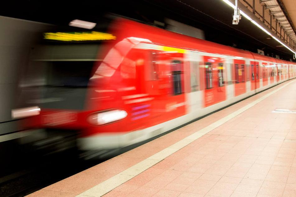 In der Stuttgarter S-Bahn hat sich ein Unbekannter selbst befriedigt. (Symbolbild)
