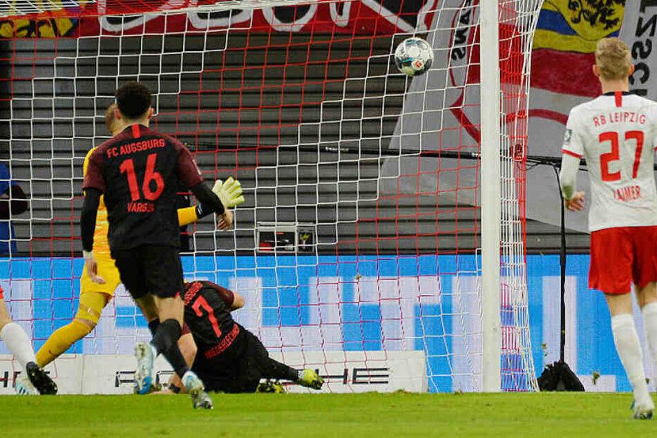 Florian Niederlechner (#7) trifft per Seitfallzieher unhaltbar in der 8. Minute zum 1:0 für Augsburg. Es war seine zehnte direkte Torbeteiligung in den letzten sechs Partien.
